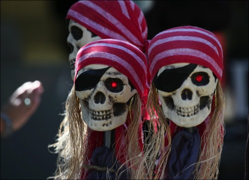 Jack Sparrow's friends, skulls, pirates